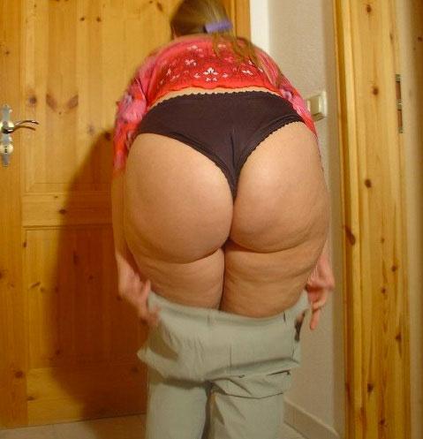Femme plutôt ronde avec un gros cul de chienne