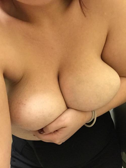 Femme ronde à grosses mamelles